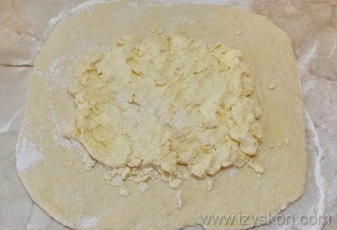 Фото демонстрирует, как правльно приготовить тесто для мильфея