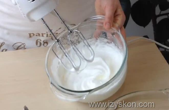 Взбиваем белки до крепкой пены
