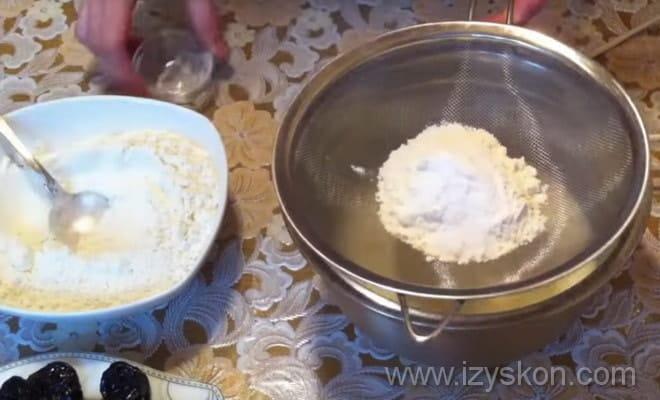 Следующий шаг приготовления теста для торта Кудрявый пинчер: просеивание муки