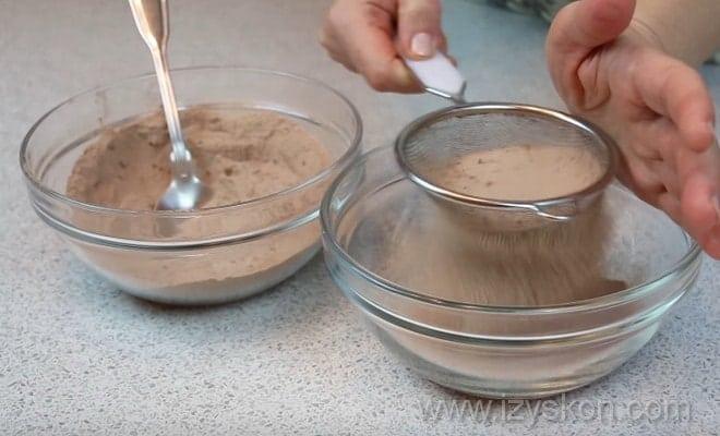 Просеиваем сухие ингредиенты торта Кротовая норка согласно пошаговому рецепту
