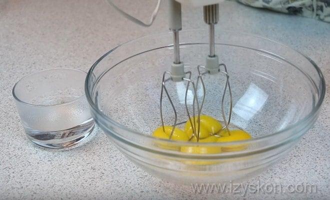 Перемешиваем желтки с кипятком для торта Кротовая норка по пошаговому рецепту