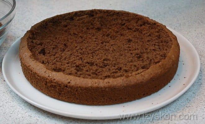 Срезаем середину бисквита для сборки торта Кротовая нора