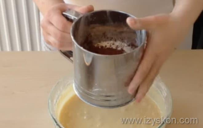 Чтобы испечь торт Сметанник, нужно просеять какао вместе с мукой
