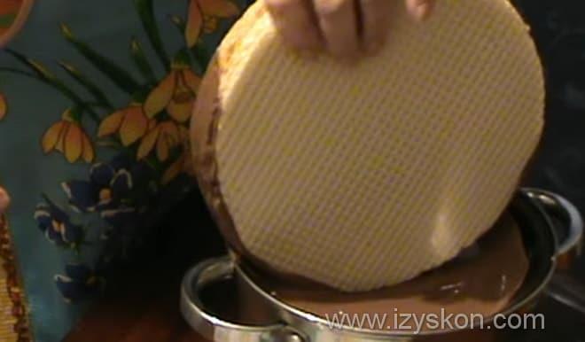 Как быстро превратить вафельные коржи со сгущенкой в красивый и вкусный десерт
