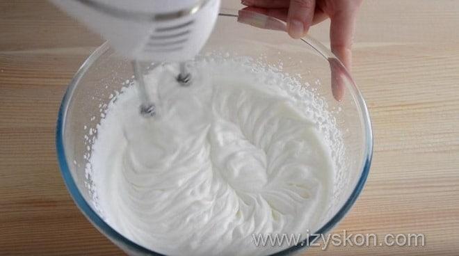 Как взбить крем для трайфла руководствуясь видео рецептом
