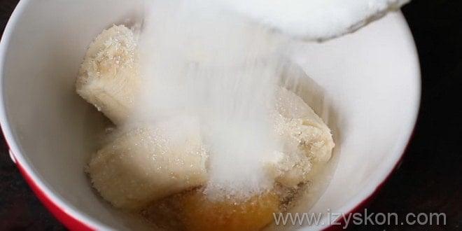 Первый этап того как сделать банановые панкейки.