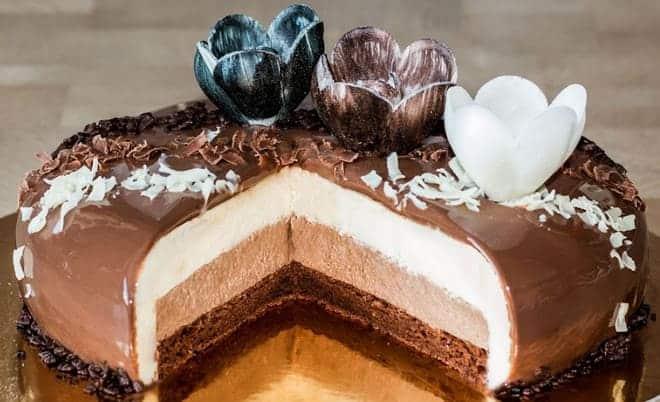 Как украсить торт три шоколада фигурками и стружкой