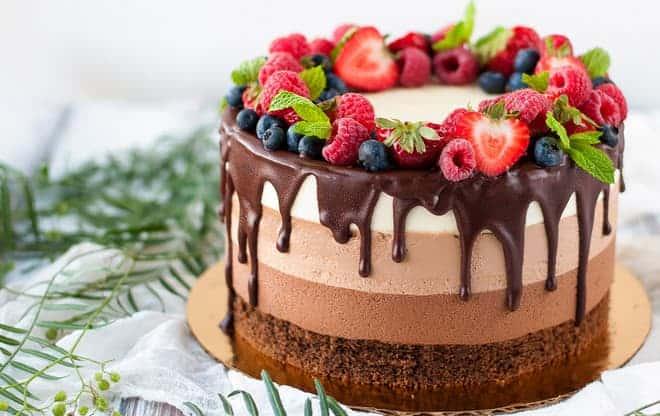 Как украсить торт три шоколада ягодами и глазурью