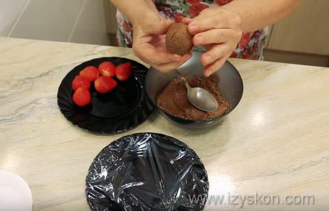 Готовим традиционные японские сладости моти с клубникой