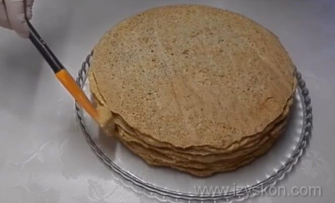Промазываем торт Эстерхази кремом по рецепту с фото