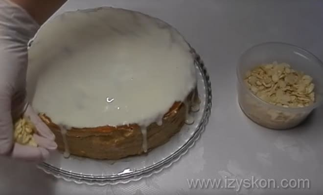 Согласно рецепту, обсыпаем торт Эстерхази миндалем в домашних условиях