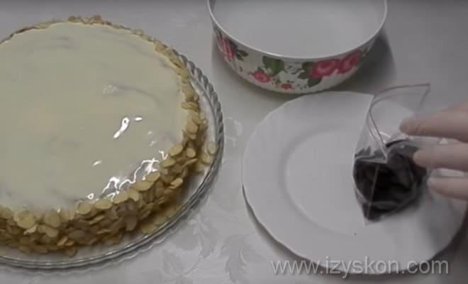 На фото показано, как приготовить темную шоколадную глазурь для торта Эстерхази