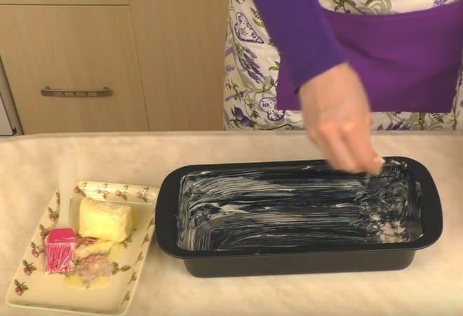 Подготавливаем формочку для выпекания кекса в духовке