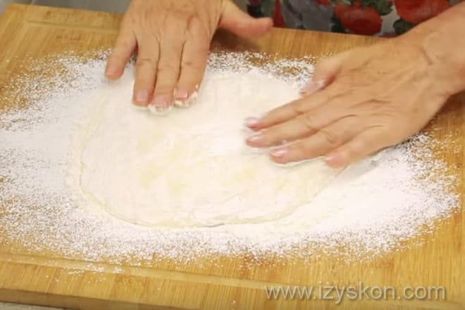 Растягиваем тесто перед сборкой моти - японских сладостей