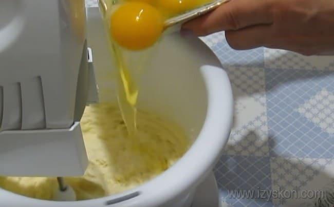 Для приготовления кекса с апельсином по этому рецепту добавляем яйца во взбитое с сахаром масло.