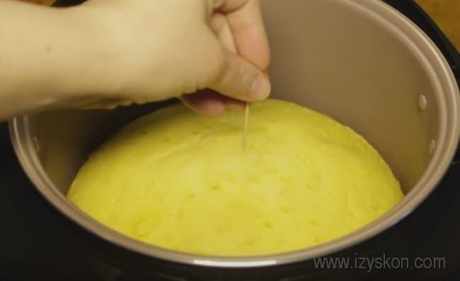 Готовность апельсинового кекса в мультиварке проверяем зубочисткой.
