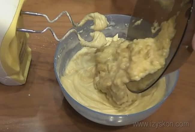 А теперь добавляем в тесто для бананового кекса в мультиварке главный ингредиент - пюре из бананов.