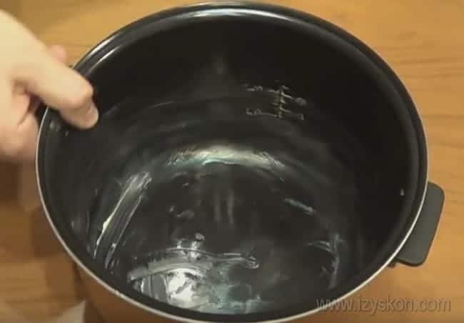 Чтобы наш банановый кекс было легче доставать из мультиварки, смажем ее чашу маслом.