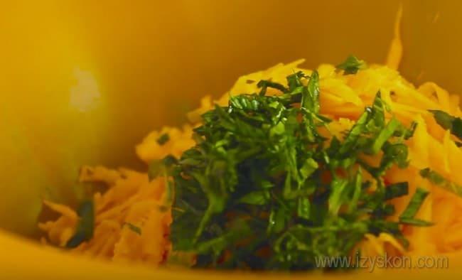 При желании вы можете сдлеать точно такие же драники из тыквы и картошки - мята в рецепте не помешает.