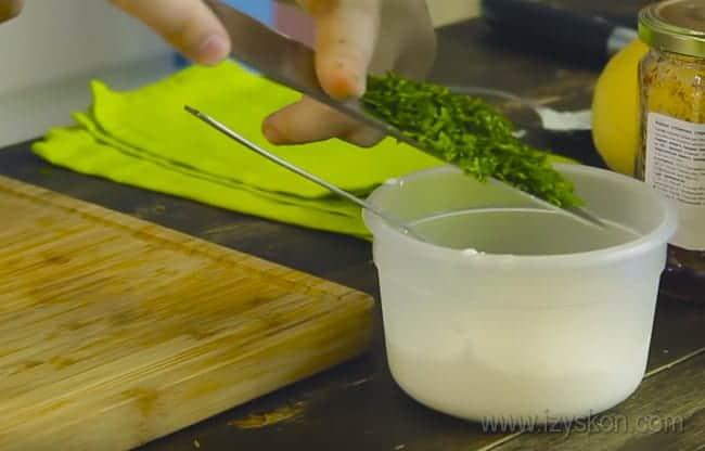 Драники из тыквы с мятой будем подавать со сметанным соусом.