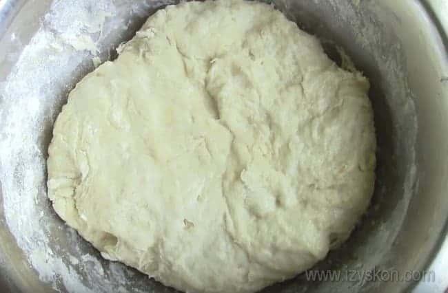Тесто для постного дрожжевого пирога с вареньем оставляем подниматься.