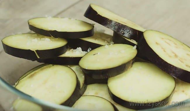 В икру из тыквы с баклажанами добавим множество других овощей.