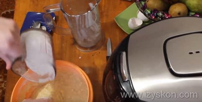 Для приготовления кулича в мультиварке ко всем ингредиентам в миску добавляем муку