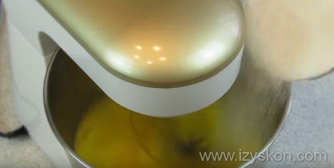 Для приготовления творожного торта берем взбиваем миксером яйца и постепенно добавляем сахар