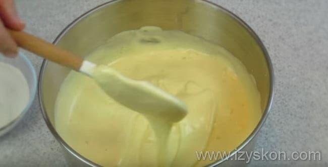 Для приготовления творожного торта доводим яичную массу до густоты