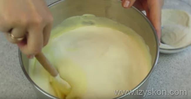 Для приготовления творожного торта в яичную массу аккуратно вводим муку