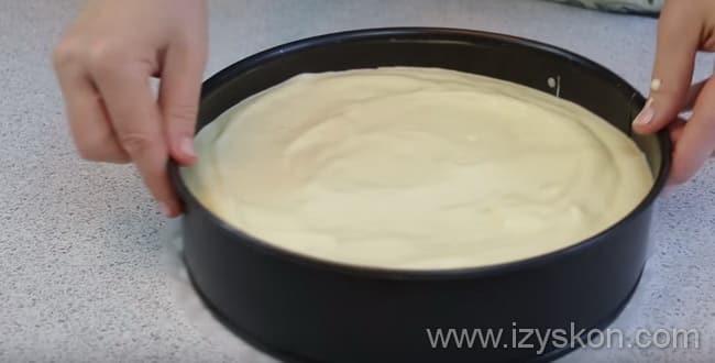 Для приготовления творожного торта несколько раз крутим форму по столу в разные стороны