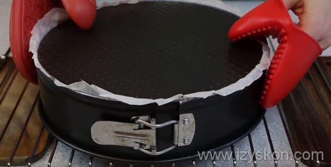 Выпекаем творожный торт 40 -45 минут и вынимаем форму на решетку и даем ей полностью остыть