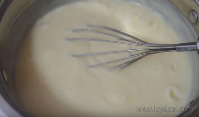 В заварной крем для торта с молоком можно под конец добавить ваниль и масло.