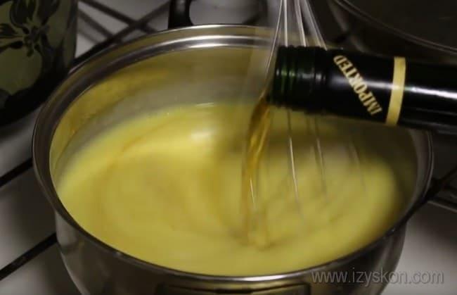 """В крем для торта """"Королевский"""" с безе добавим коньяк для аромата."""