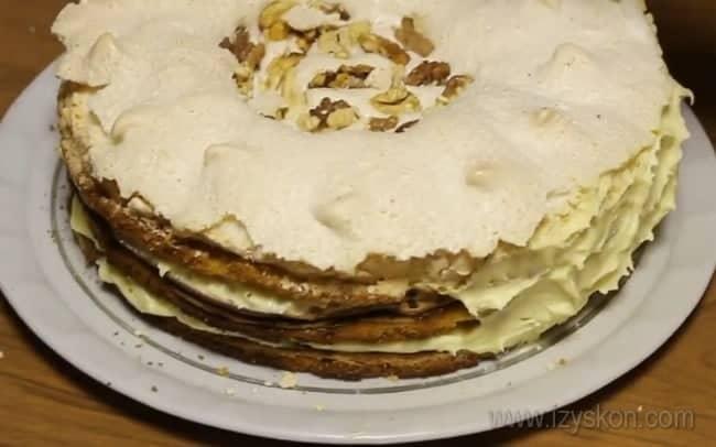 Королевский торт с безе по классическому рецепту готов.