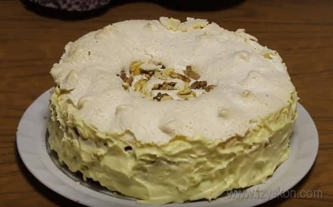 В таком варианте королевский торт с безе практически не нуждается в дополнительном украшении.