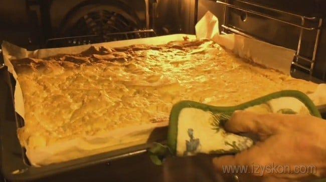Корж для самого вкусного королевского торта без муки при выпечке должен приобрести приятный золотистый оттенок.