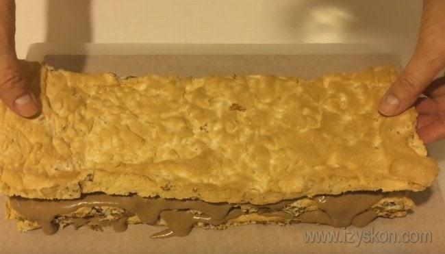 Формируем наш самый вкусный Королевский торт без муки, перемазывая коржи кремом.