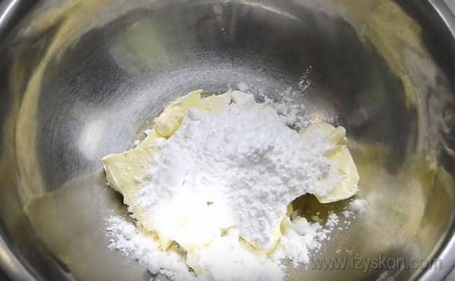 Очень вкусный крем для украшения кексов сверху можно приготовить на основе масла и сливочного сыра.