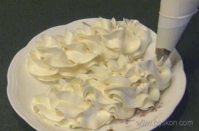 Используя крем для торта из сгущенки и масла, можно сделать очень красивые украшения.