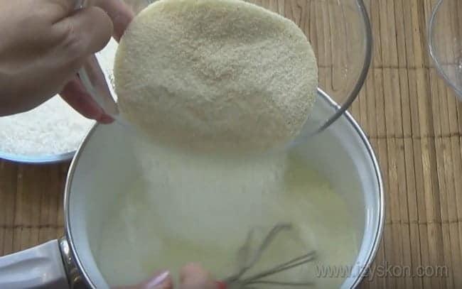 Давайте приготовим нежный крем с манкой для торта.