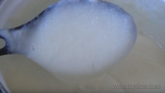 Чтобы сделать крем с манкой для торта, сначала надо сварить саму кашу.