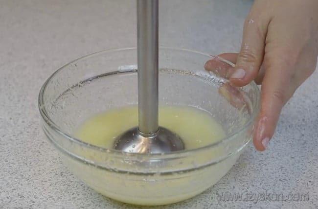 Мякость лимона измельчаем блендером для приготовления крема из манки для торта.
