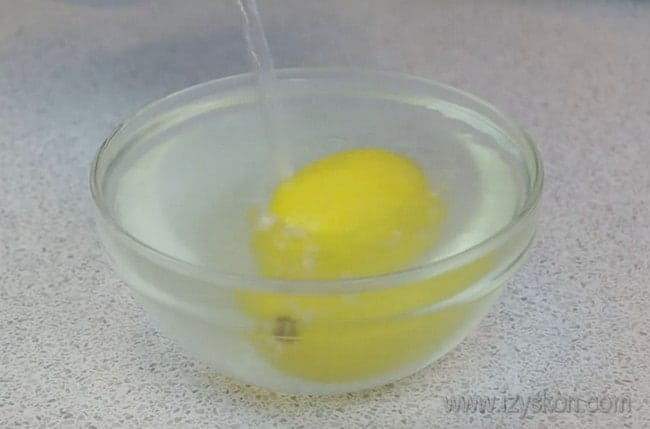 Оригинальный крем для торта можно приготовит из манки с лимоном.