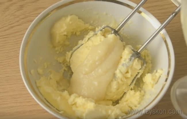 """Легкий крем для торта """"Наполеон"""" можно сделать со сгущенкой и маслом."""