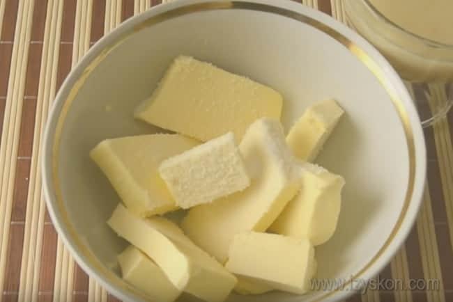 """Узнайте также, как сделать крем для торта """"Наполеон"""" со сгущенкой и маслом."""