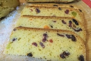 В тесто для кулича в хлебопечке можно добавлять орехи, цукаты, изюм и даже кусочки шоколада.