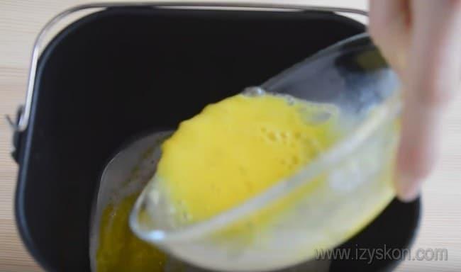 Все ингредиенты для теста для кулича в хлебопечке поочередно добавляем в чашу устройства.