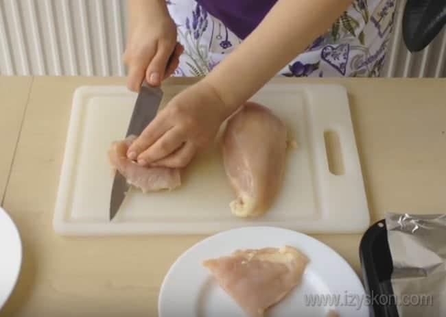 Огромный плюс отбивных из куриного филе в духовке в том, что готовятся они буквально 15 минут.