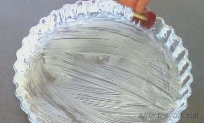 Форму для выпекания классического французского лукового пирога смазываем маслом.